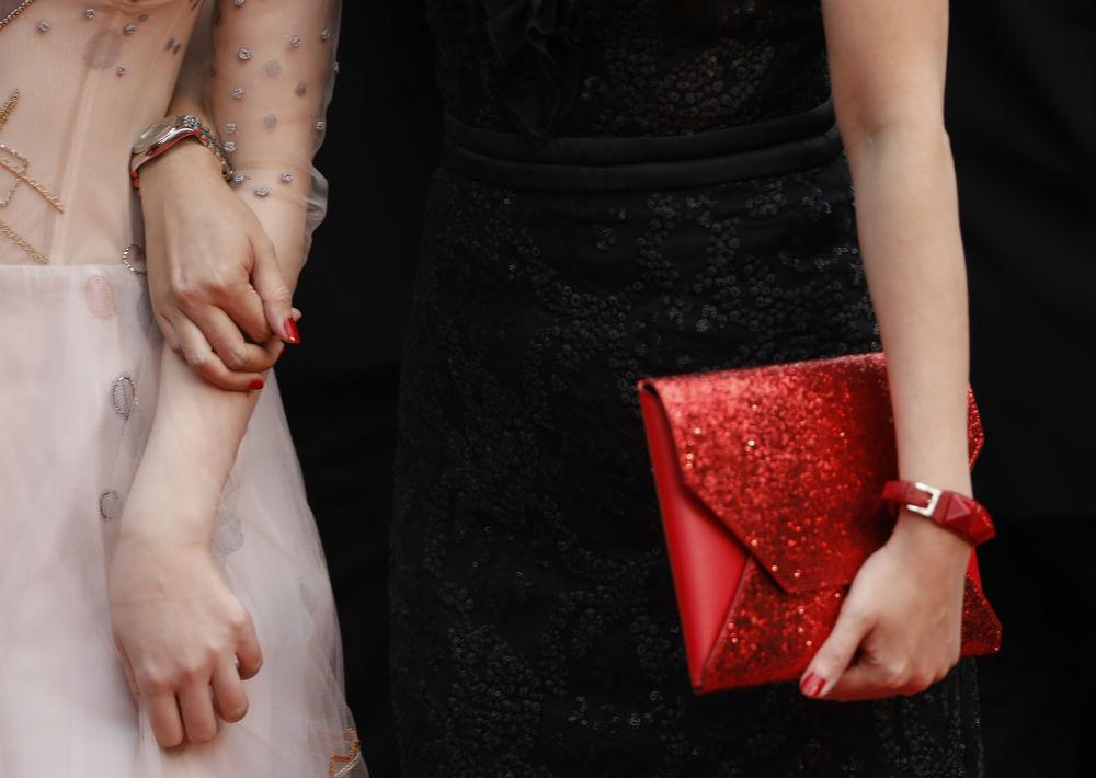 """Dos mujeres llegan al estreno de """"The Dead Don't Die"""" vestidas con estricta formalidad. (Foto: AP/Petros Giannakouris)"""