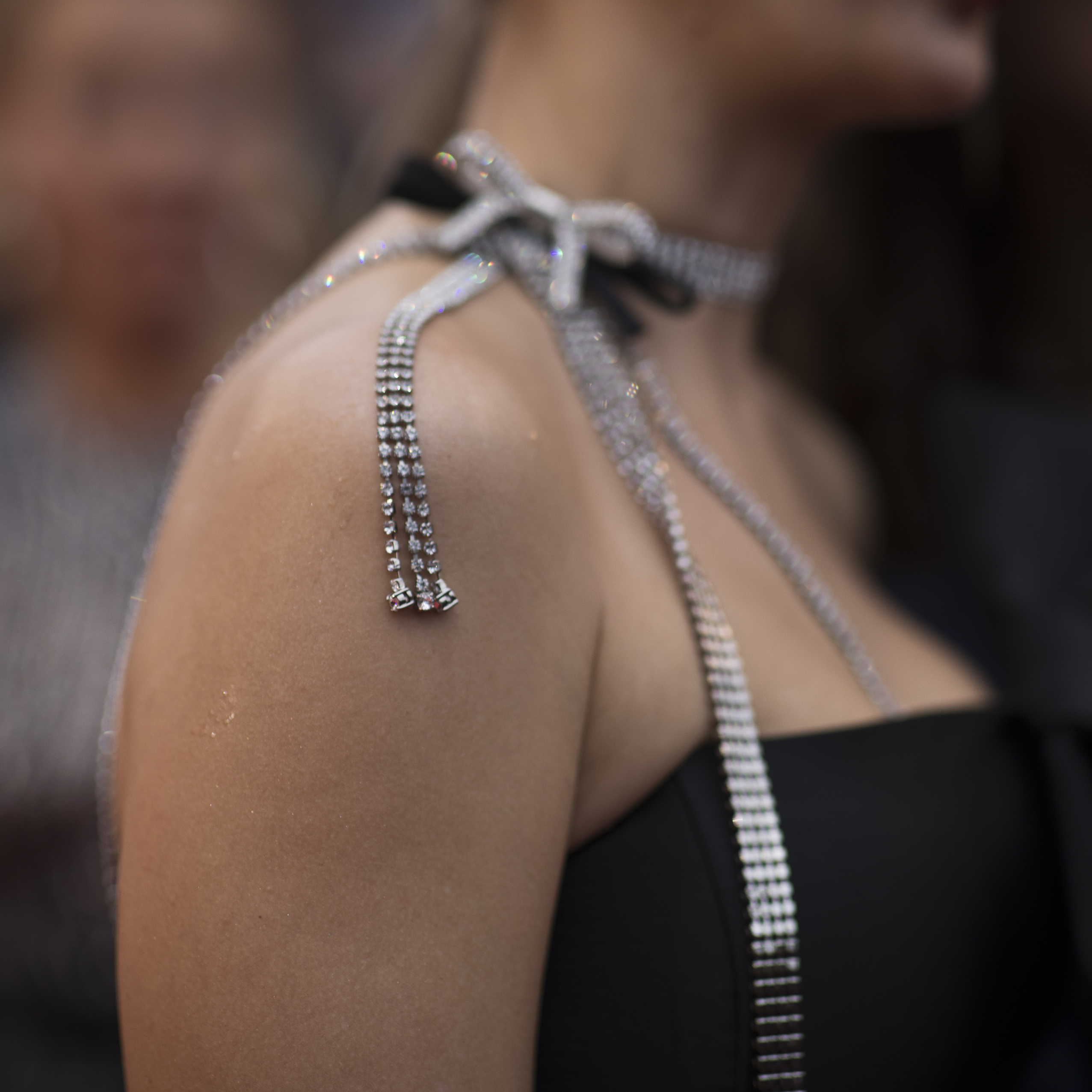 """Detalle en el vestido de una mujer que posa al llegar al estreno de """"A Hidden Life"""". (Foto: AP/Petros Giannakouris)"""