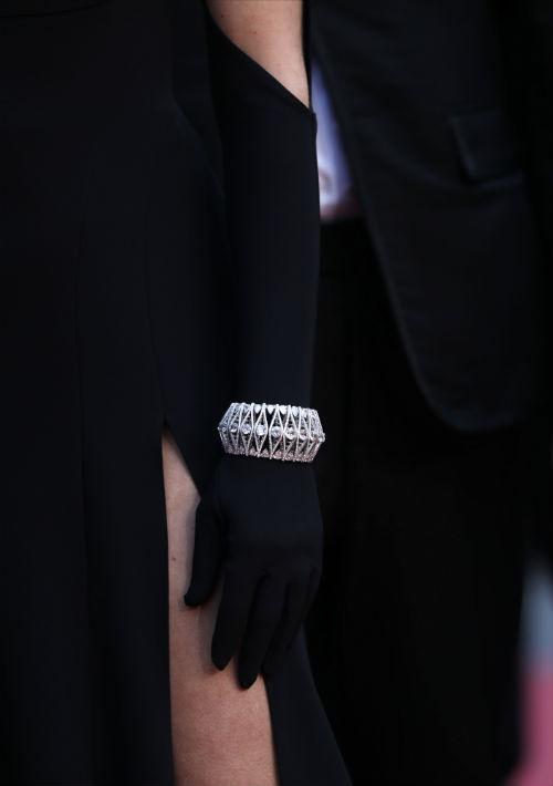 """La actriz Chloe Sevigny utilizó guantes y pulsera en diamantes para asistir a la premier del filme """"The Dead Don't Die"""". (Foto: AP/Petros Giannakouris)"""