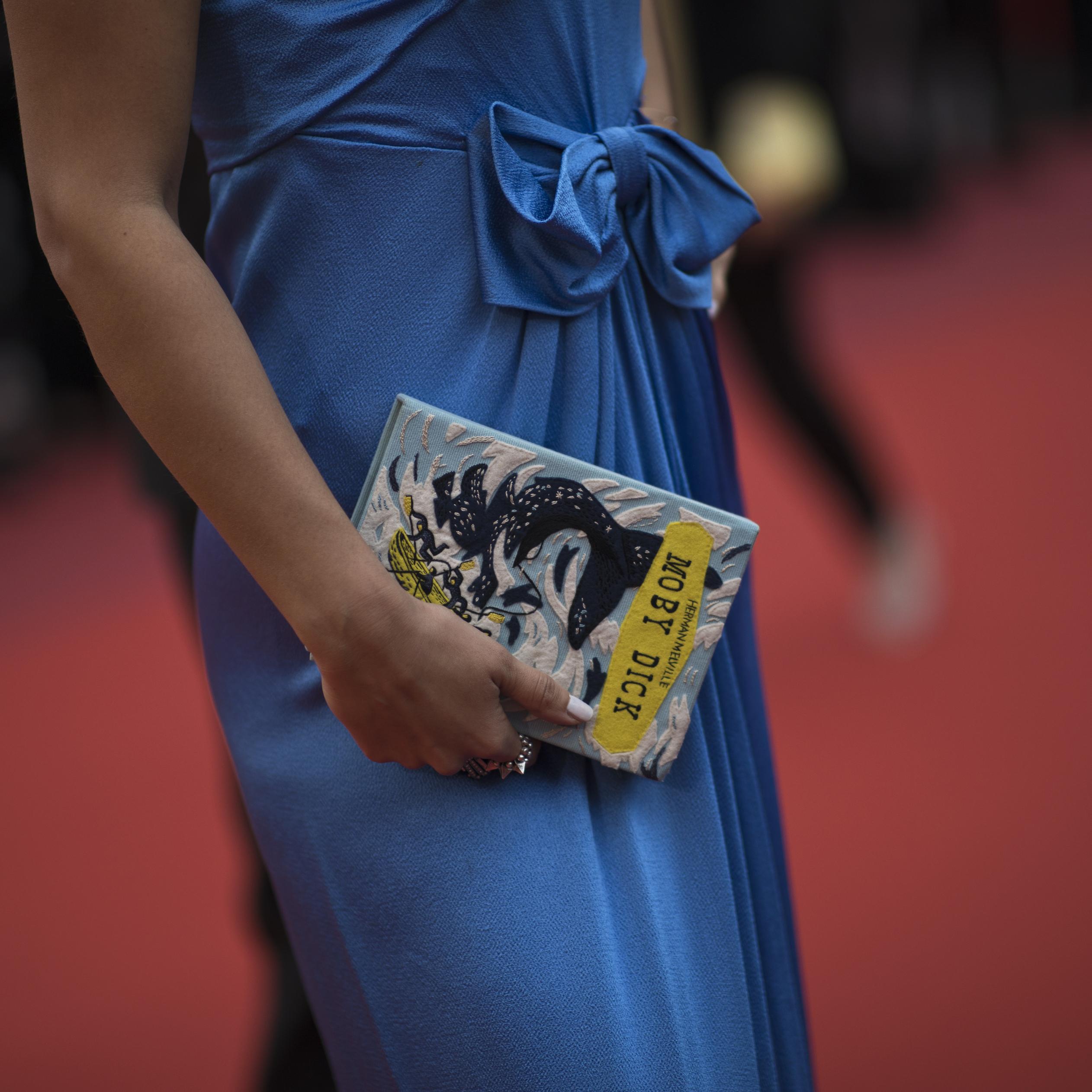 """Una mujer que asistió al estreno de """"A Hidden Life"""" llevando como accesorio un """"clutch"""" alusivo al personaje de Moby Dick. (Foto: AP/Petros Giannakouris)"""