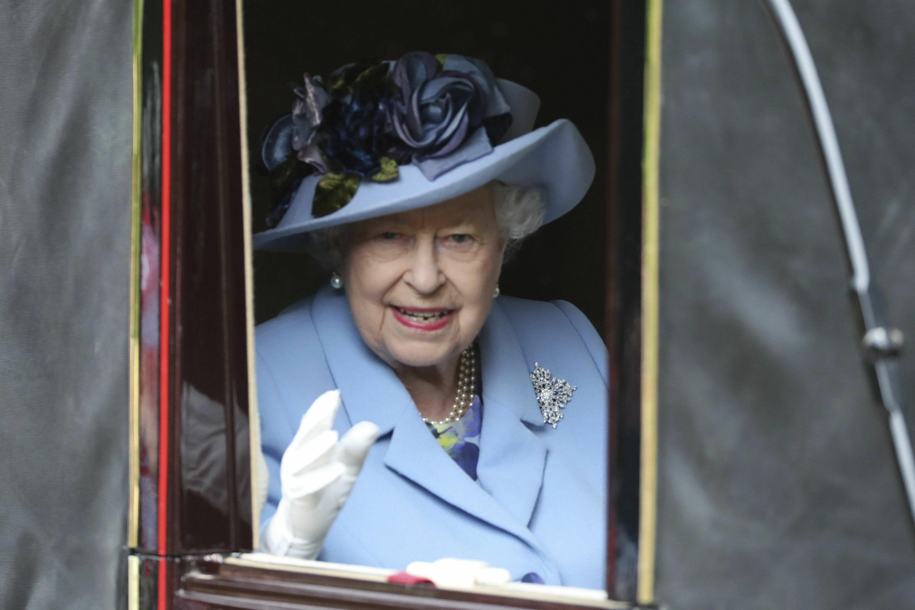 """El 13 de enero, la reina Elizabeth II otorgó el visto bueno para que Meghan y Harry comenzaran un período de transición. La soberana afirmó su apoyo al """"deseo"""" de su nieto y la exactriz norteamericana de """"crear una nueva vida como una familia joven"""", aunque admitió que le hubiese gustado que permanecieran en sus papeles, según lo previsto. (Archivo)"""