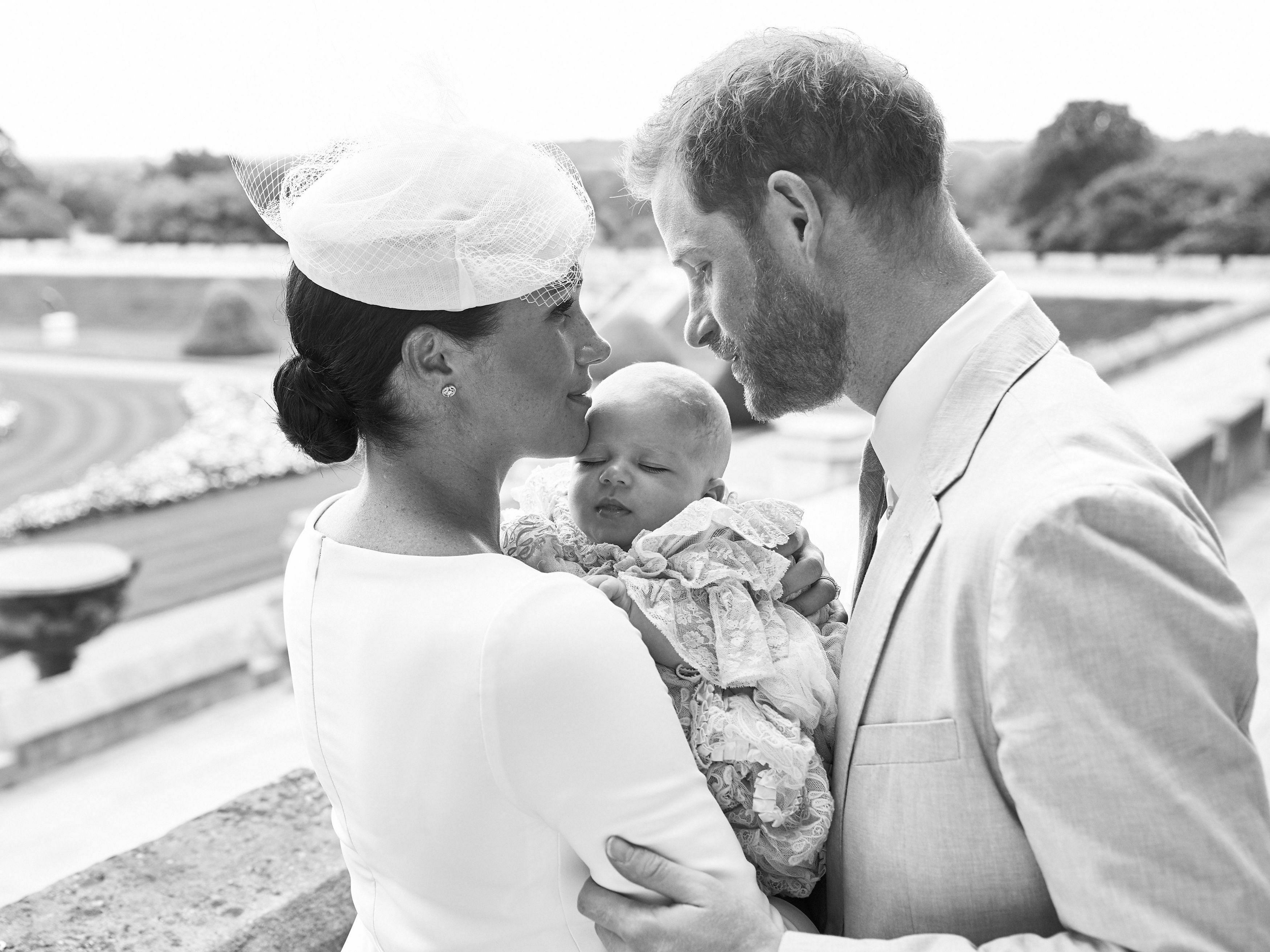 Para el bautizo de su hijo, Archie, en julio, Meghan usó un vestido midi y tocado color crema. (Archivo)