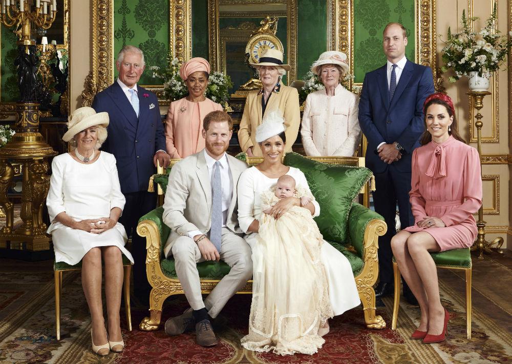 En la foto oficial del bautizo de Archie, celebrado este sábado, aparecen los padres del niño, el príncipe Harry y Meghan, duquesa de Sussex, rodeados por Camila, duquesa de Cornualles, Kate, duquesa de Cambridge, el príncipe Charles, Doria Ragland (abuela materna), el príncipe William, Lady Jane Fellowes y Lady Sarah McCorquodale, estas últimas, hermanas de la princesa Diana. (Foto: Chris Allerton/©SussexRoyal via AP)