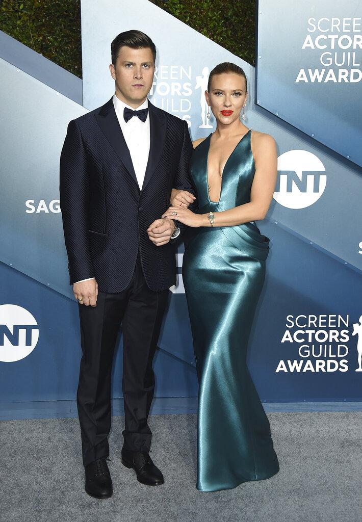 Colin Jost y Scarlett Johansson. (AP)