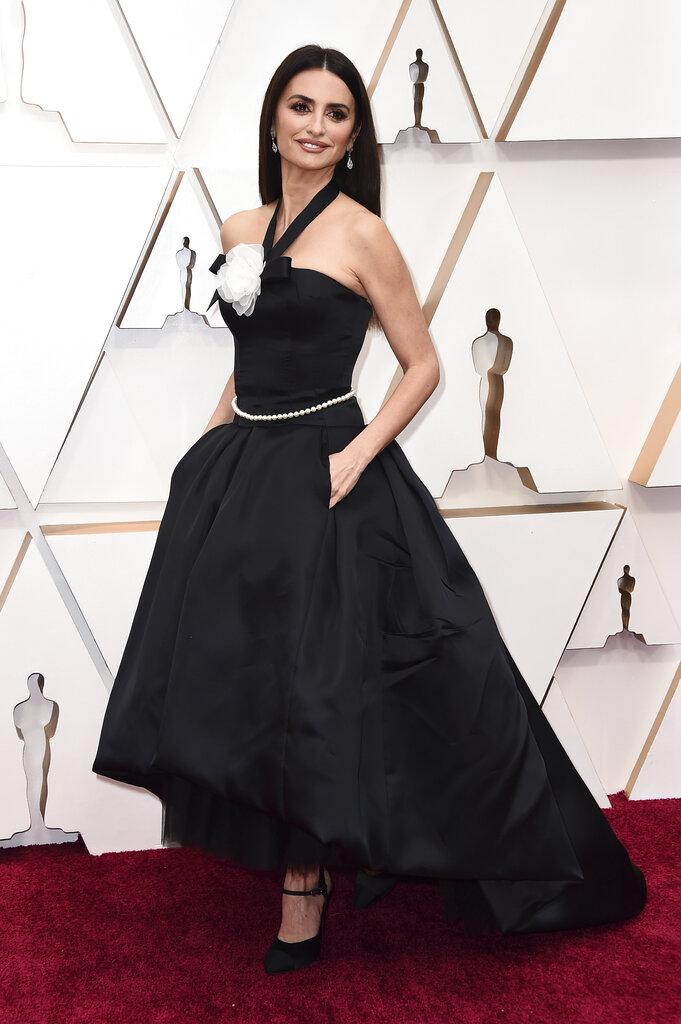 Penélope Cruz cautivó con un modelo negro halter con amplia falda, de la casa Chanel. (AP)