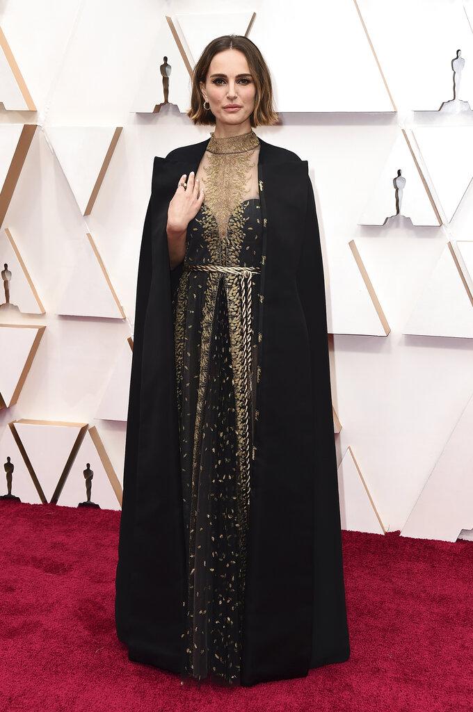 Natalie Portman optó por vestido negro con detalles dorados y capa larga, de Dior Haute Couture. La capa tenía grabados los nombres de directoras que no fueron nominadas al Oscar. (AP)