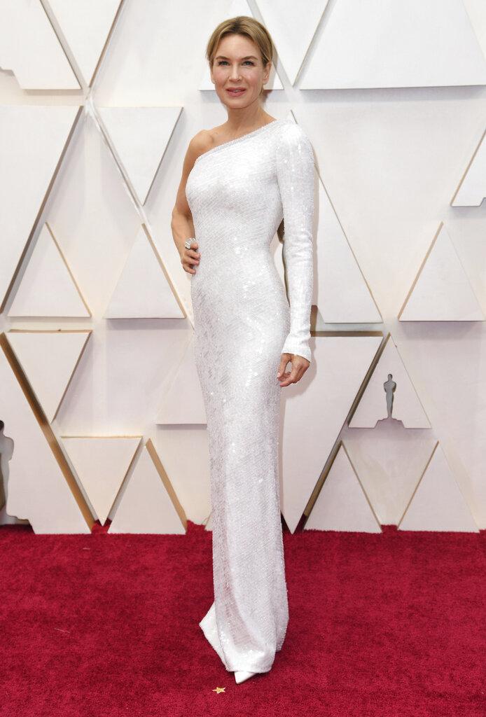 Renee Zellweger seleccionó un vestido blanco de una sola manga, de Armani Privé (AP)
