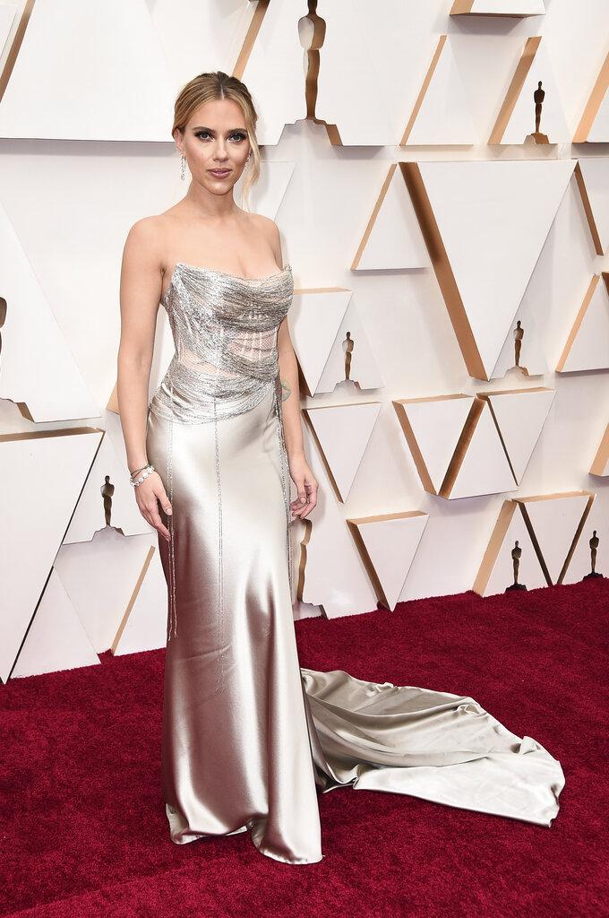 Scarlett Johansson lució sensual y elegante en un diseño de la firma Oscar de la Renta. (AP)
