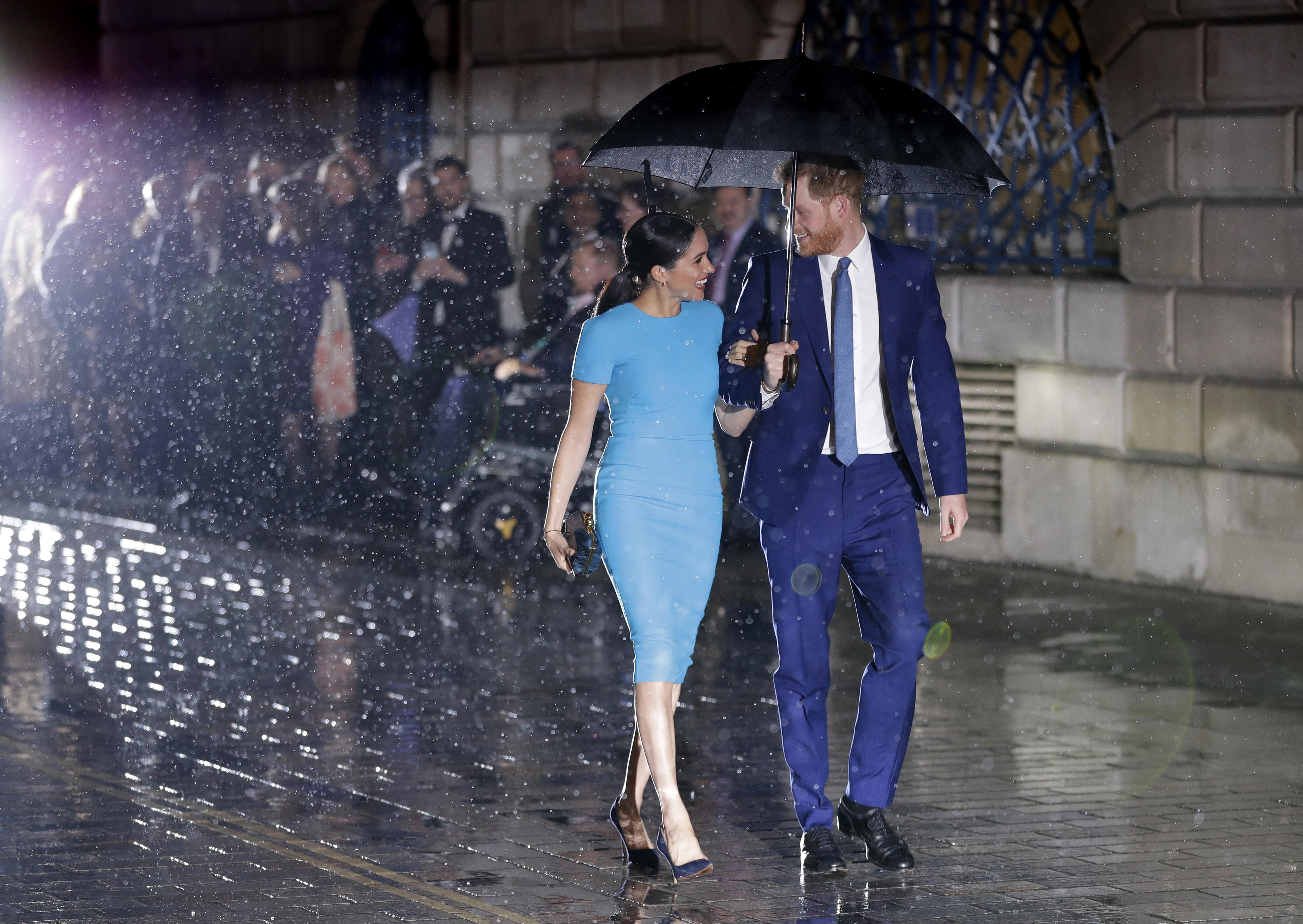 El príncipe Harry y Meghan Markle reaparecieron esta noche en Londres. (AP)