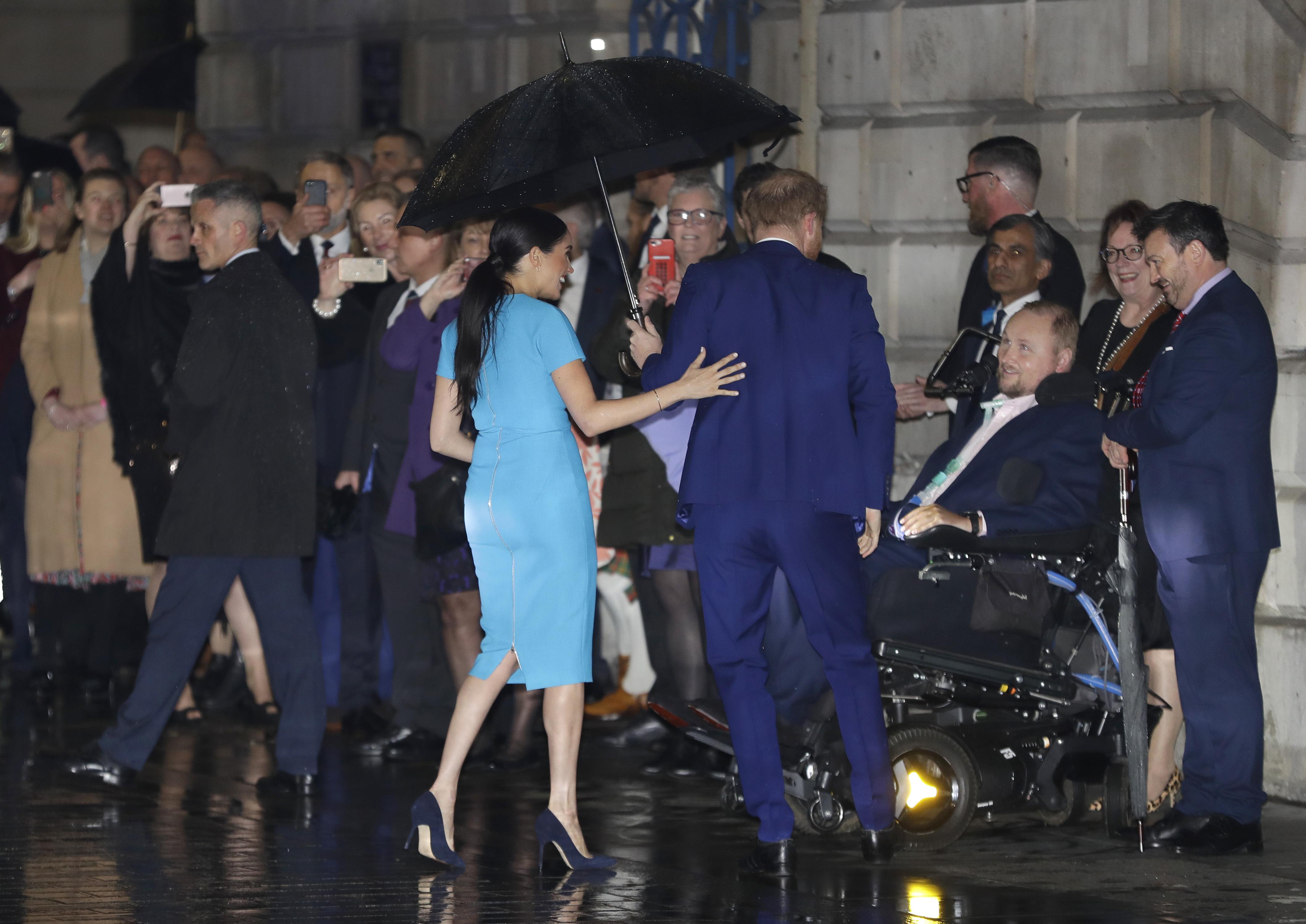 La pareja se retirará de sus funciones como miembros de la realeza. (AP)