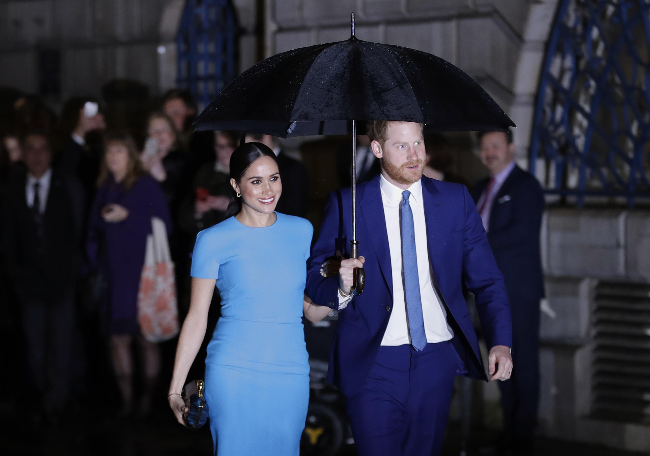 Para esta ocasión, Markle eligió un vestido azul con tacos más oscuros. (AP)