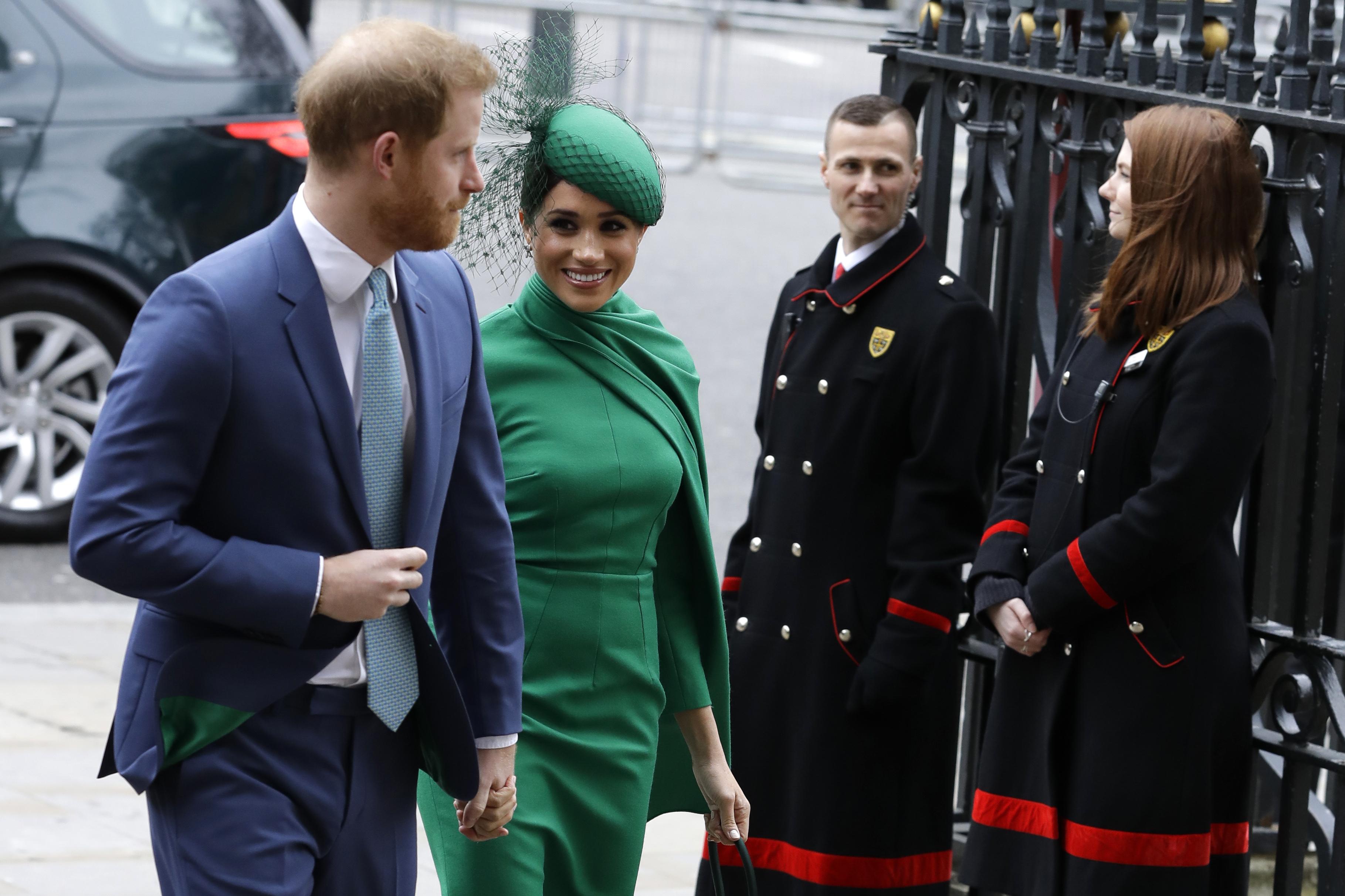 Como ha ocurrido en sus compromisos previos, la pareja llegó sonriente hasta el servicio religioso para conmemorar el Commonwealth Day. (Phil Harris / Pool via AP)