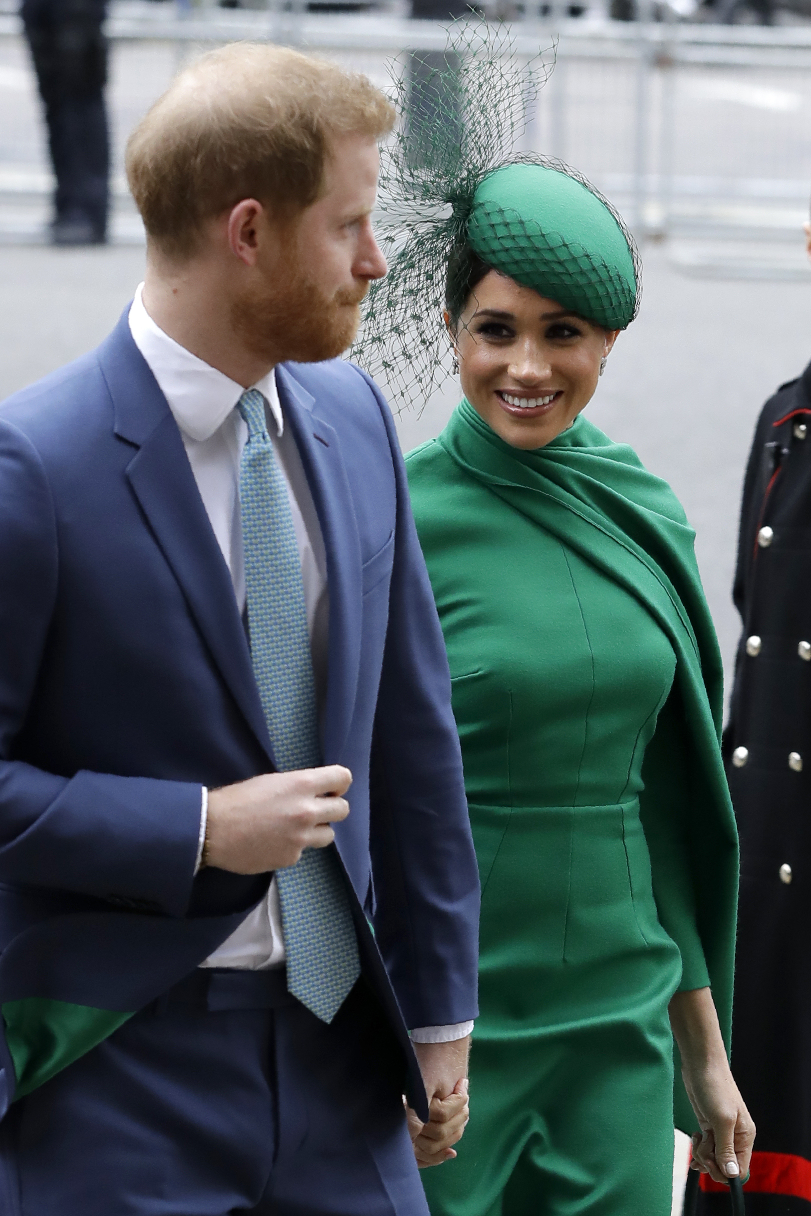 Meghan optó por un vestido verde y fascinator del mismo color. (Phil Harris / Pool via AP)