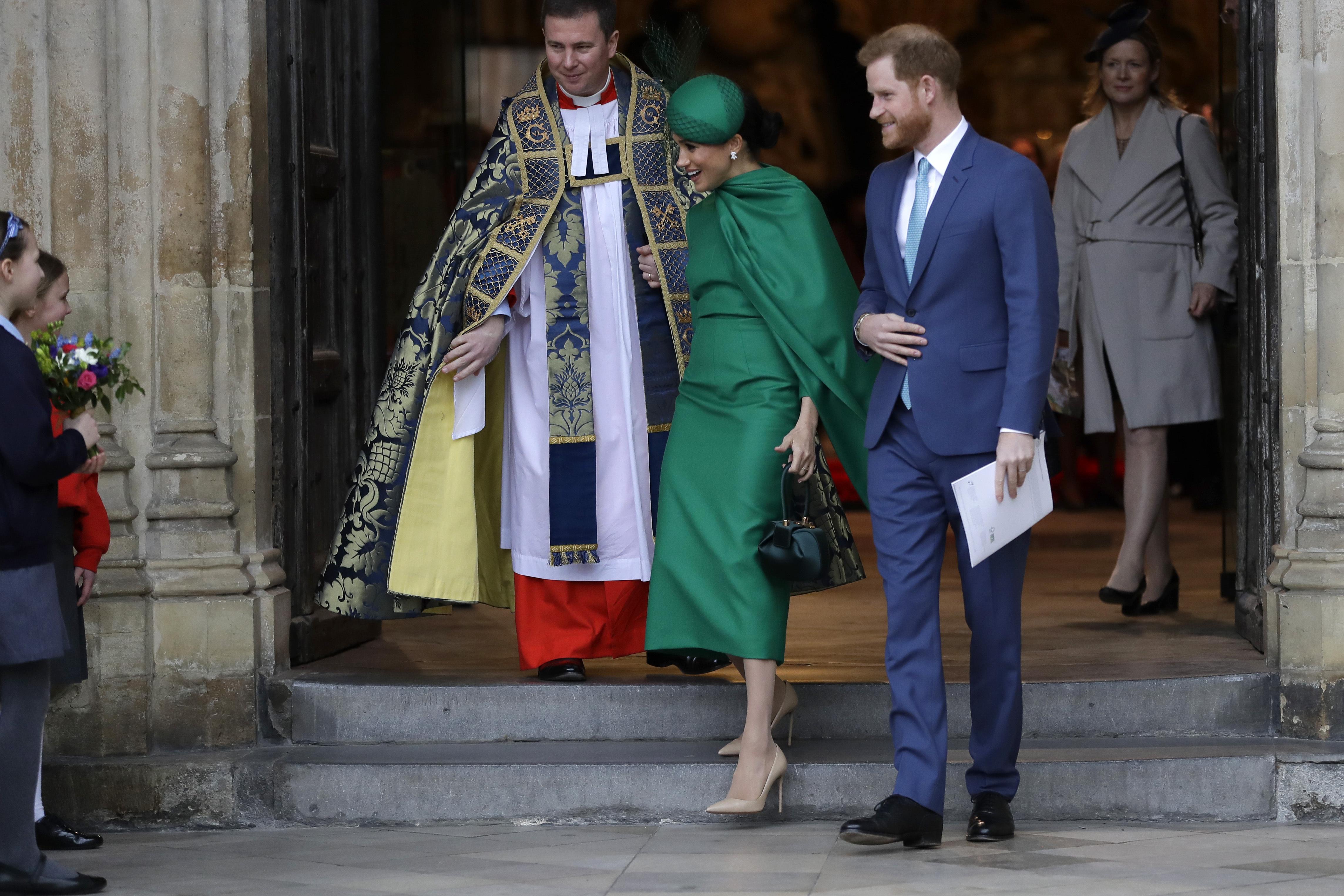 A su salida, la pareja saludó al público presente. (Phil Harris / Pool via AP)