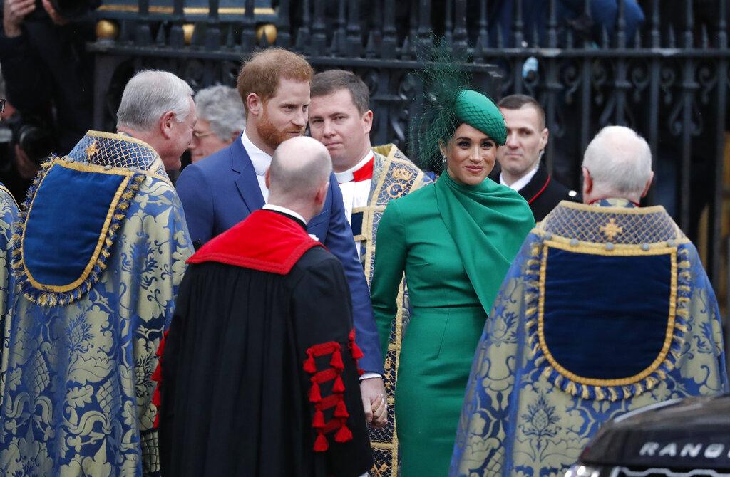 Harry lució un traje azul con corbata en un tono más claro. (Phil Harris / Pool via AP)