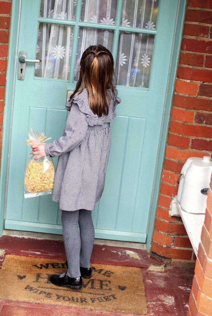 Hace una semana la princesa Charlotte cumplió cinco años y sus padres celebraron compartiendo a través de Instagram para felicitarla. Las fotos publicadas mostraban a la niña ayudando a empacar y repartiendo paquetes de alimentos para pensionistas aislados en el área cercana a su hogar, en Sandringham. (AP)
