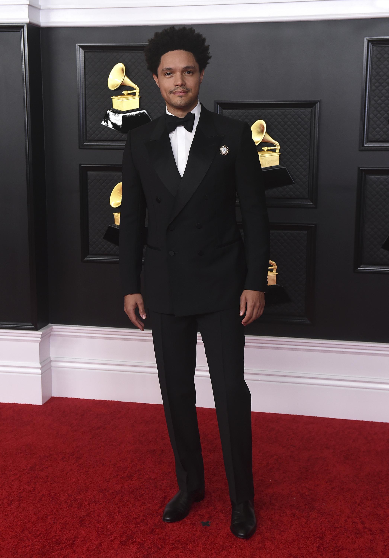 El presentador de la noche, Trevor Noah, se presentó a la alfombra con un esmoquin negro clásico de Gucci. (AP)