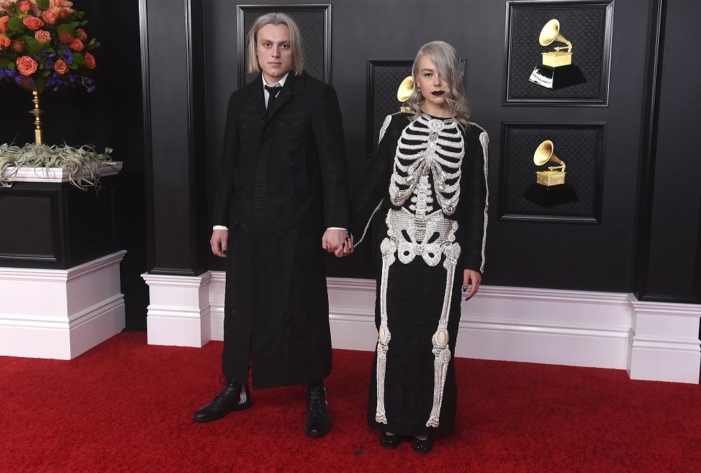 Jackson y Phoebe Bridgers, quien lució un vestido negro adornado con un esqueleto humano con cuentas. (AP)