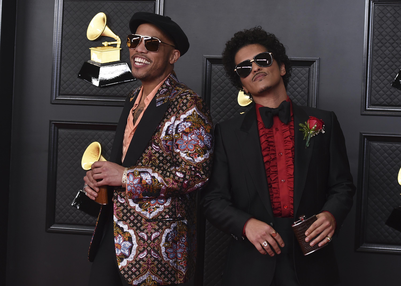 Anderson Paak y Bruno Mars. (AP)