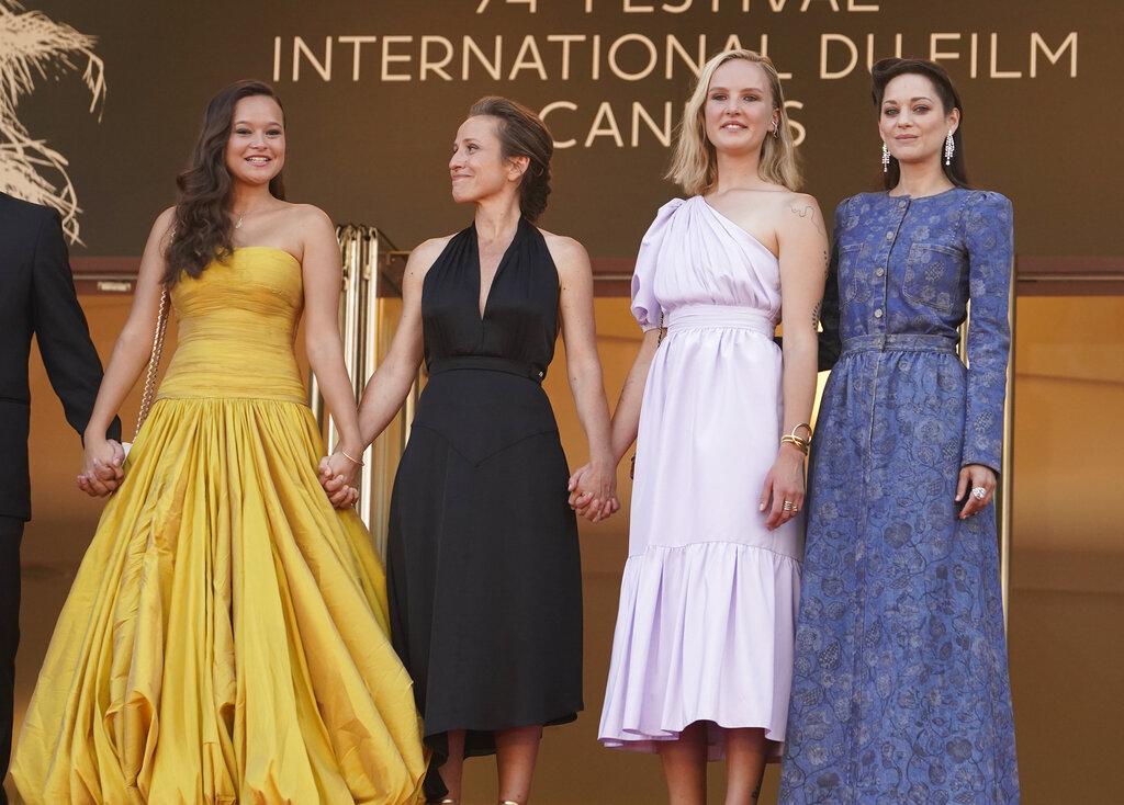 De izquierda a derecha, Melati Wijsen, Flore Vasseur, Mary Finn y Marion Cotillard en su llegada a la alfombra roja del evento. (AP)
