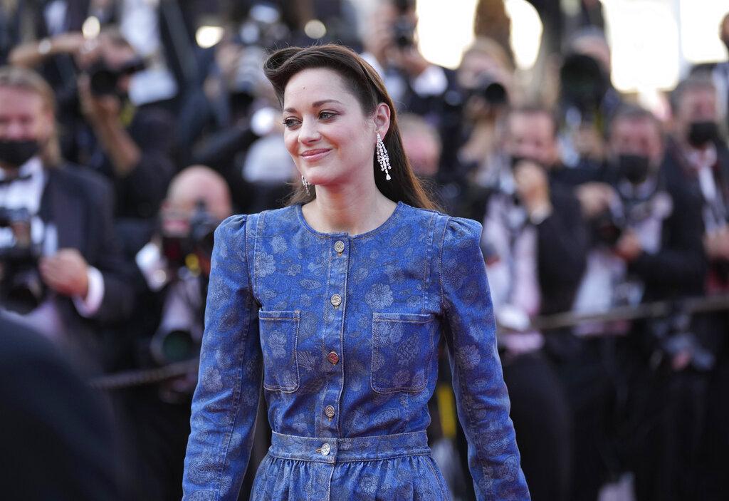 Marion Cotillard rindió tributo a su firma de confianza, Chanel, con un vestido de un aire más casual de tejido denim adornado por motivos florales y con hombreras. (AP)