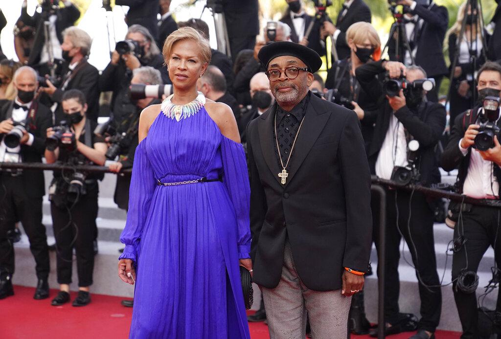 Tonya Lewis Lee y Spike Lee desfilaron por la alfombra en la que era requisito el certificado europeo de vacunación o de haber pasado el COVID en los últimos meses y, si no, prueba negativa cada 48 horas.