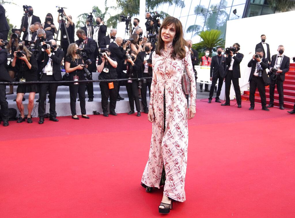 Tras cancelarse el año pasado debido a la crisis sanitaria, el Festival de Cine de Cannes volvió a extender su alfombra roja en La Croisette para celebrar su 74 edición. En la foto, Anne Parillaud. (AP)
