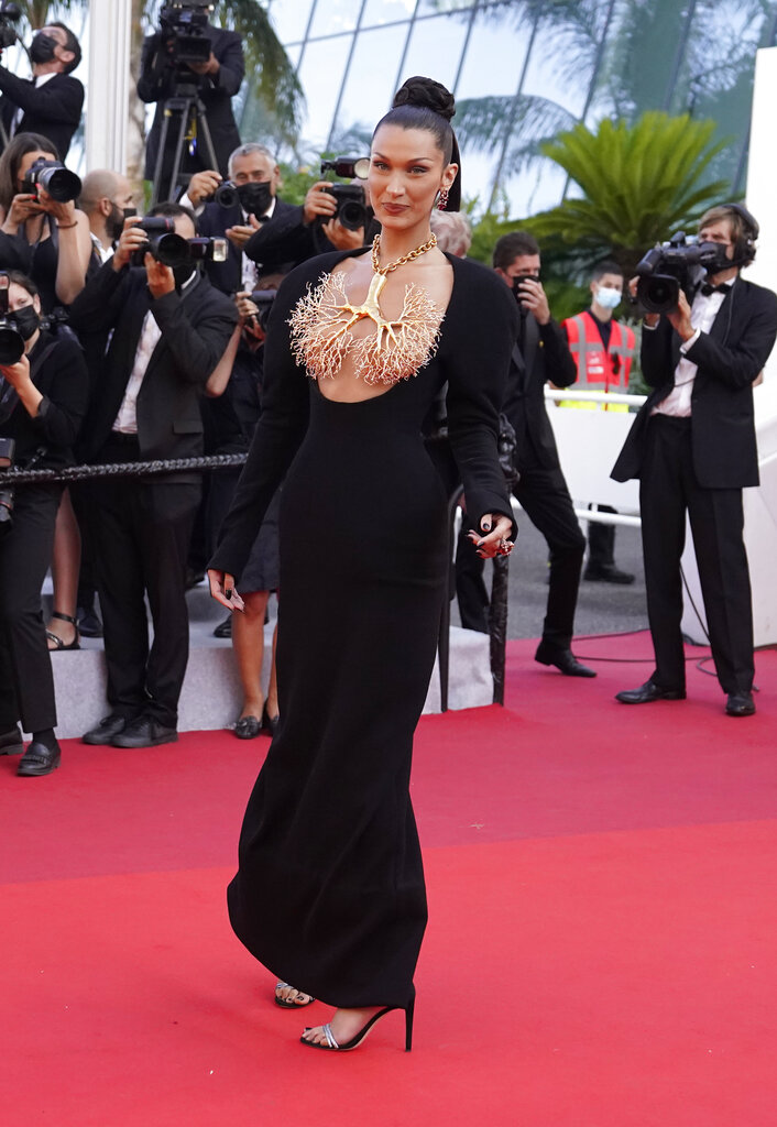 Bella Hadid acaparó todas las miradas en el Festival de Cannes. Su estilismo se hizo viral apenas unos segundos después de desfilar por la alfombra roja. Todo por una joya, un collar de Schiaparelli en forma de pulmones que cubría su pecho y que acompañaba con un sobrio vestido negro. (AP)