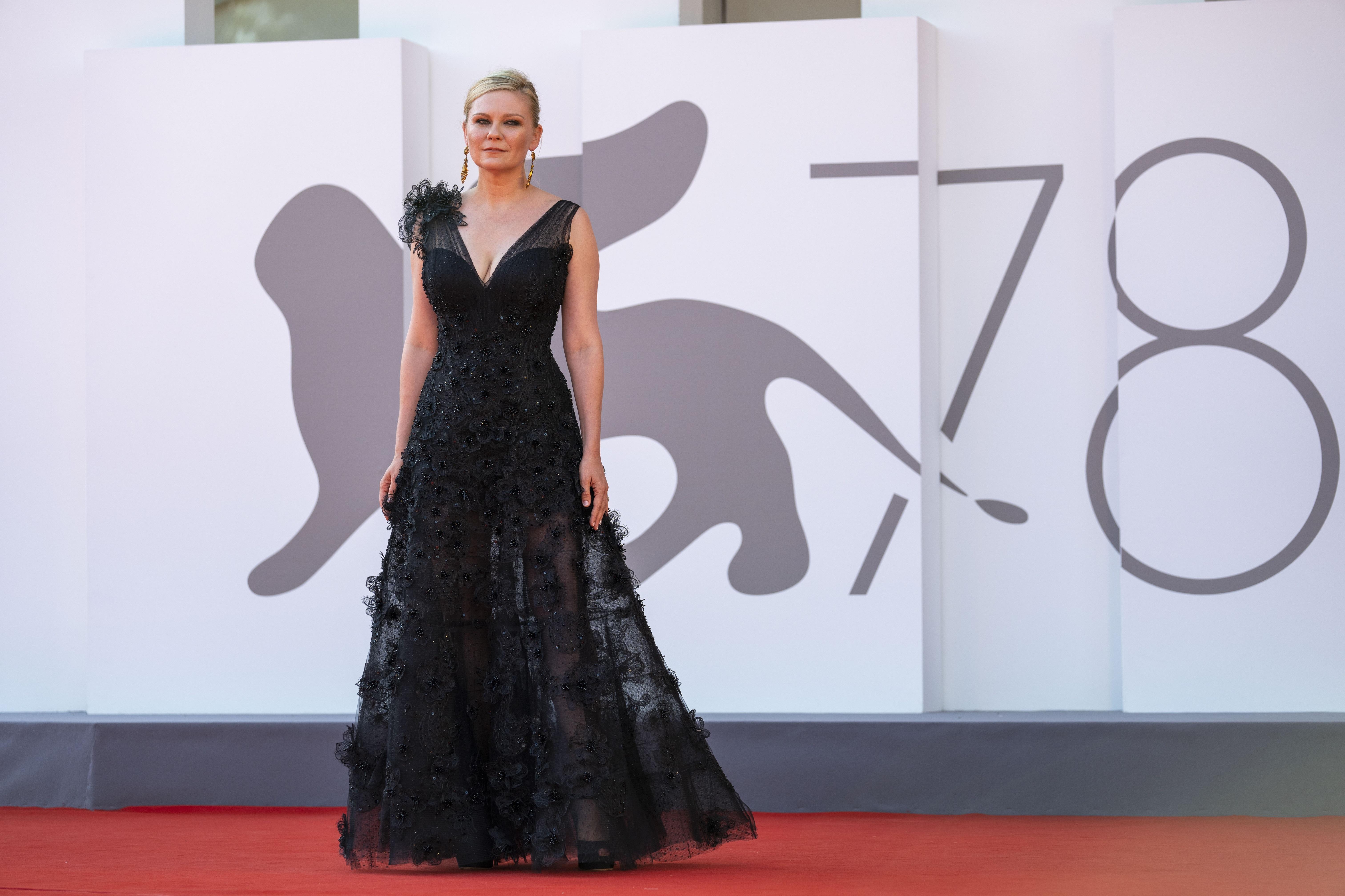 Kirsten Dunst lució un vestido negro de Giorgio Armani Privé. (AP)