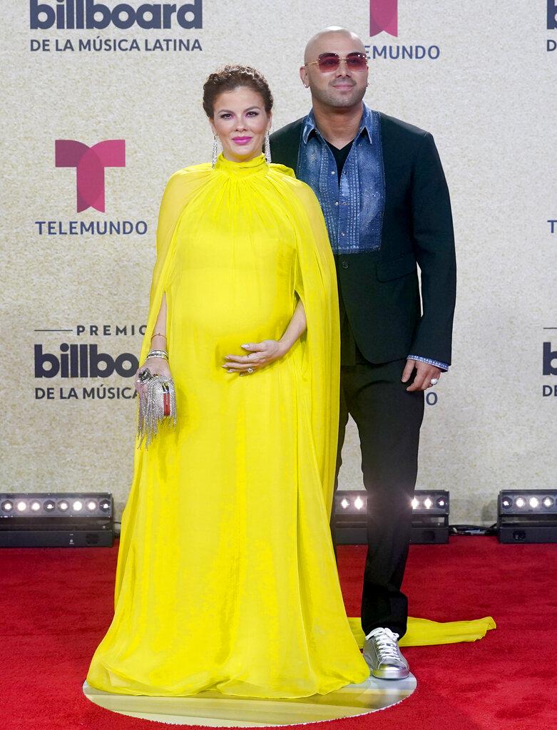 Wisin y su esposa Yomaira. (AP)