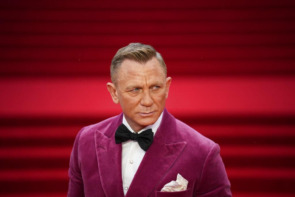 Craig se presentó a la alfombra roja en el Royal Albert Hall con un esmoquin de terciopelo rosa. (AP)