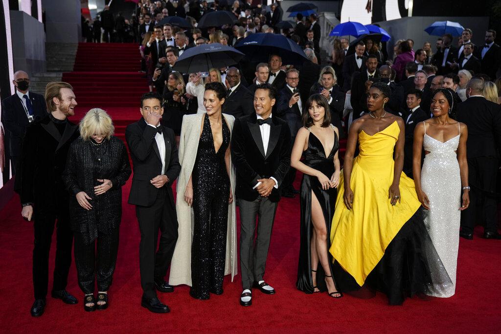 Desde la izquierda, Finneas O'Connell, from left, Billie Eilish, Rami Malek, Phoebe Waller-Bridge, Cary Joji Fukunaga, Ana de Armas, Lashana Lynch y Naomie Harris. (AP)