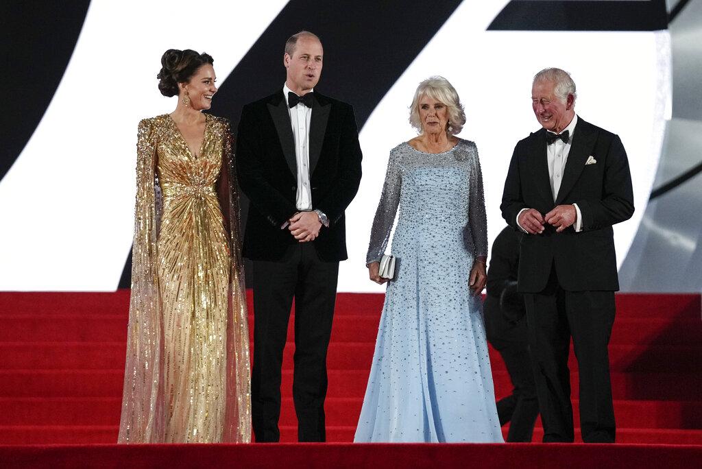 """El príncipe Charles, su esposa Camilla, el príncipe William y su esposa Kate, la duquesa de Cambridge, hicieron una rara aparición conjunta en el estreno de """"No Time to Die"""". (AP)"""
