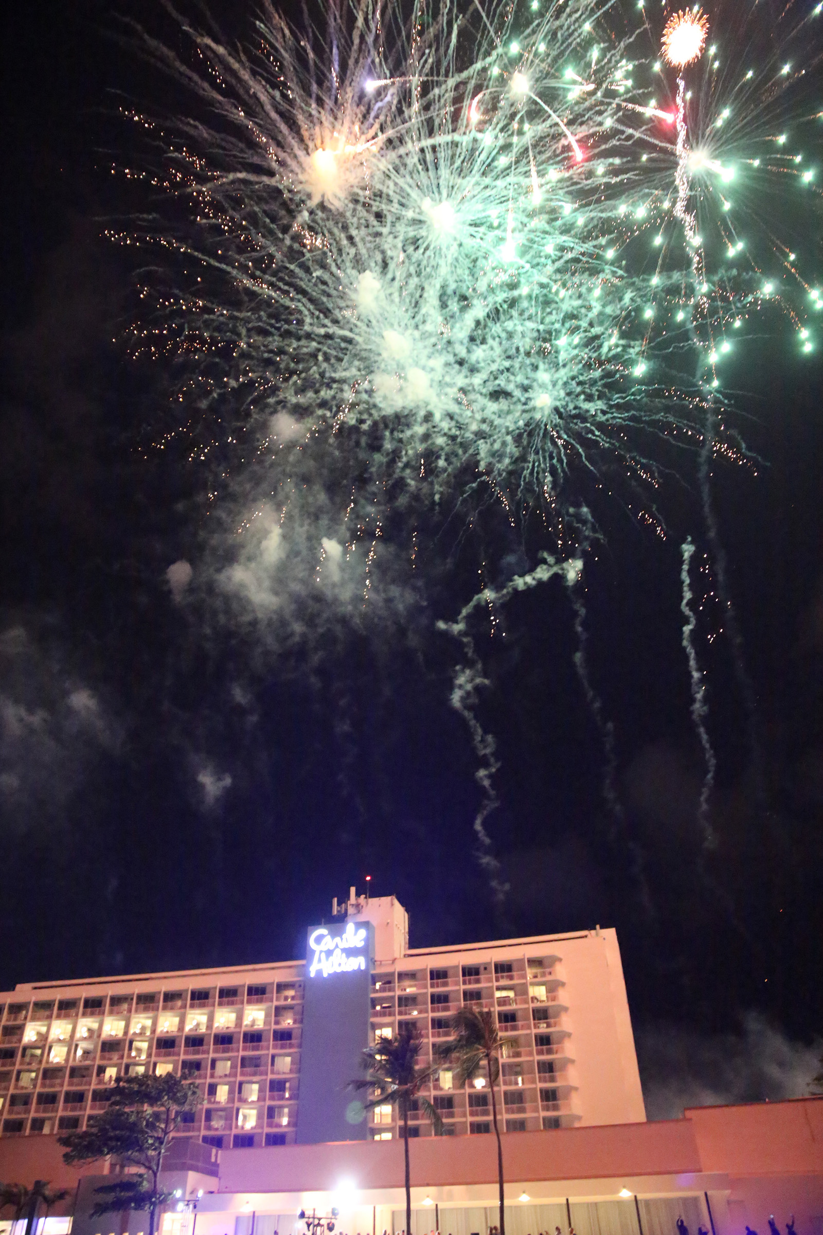 La noche culminó con fuegos artificiales.