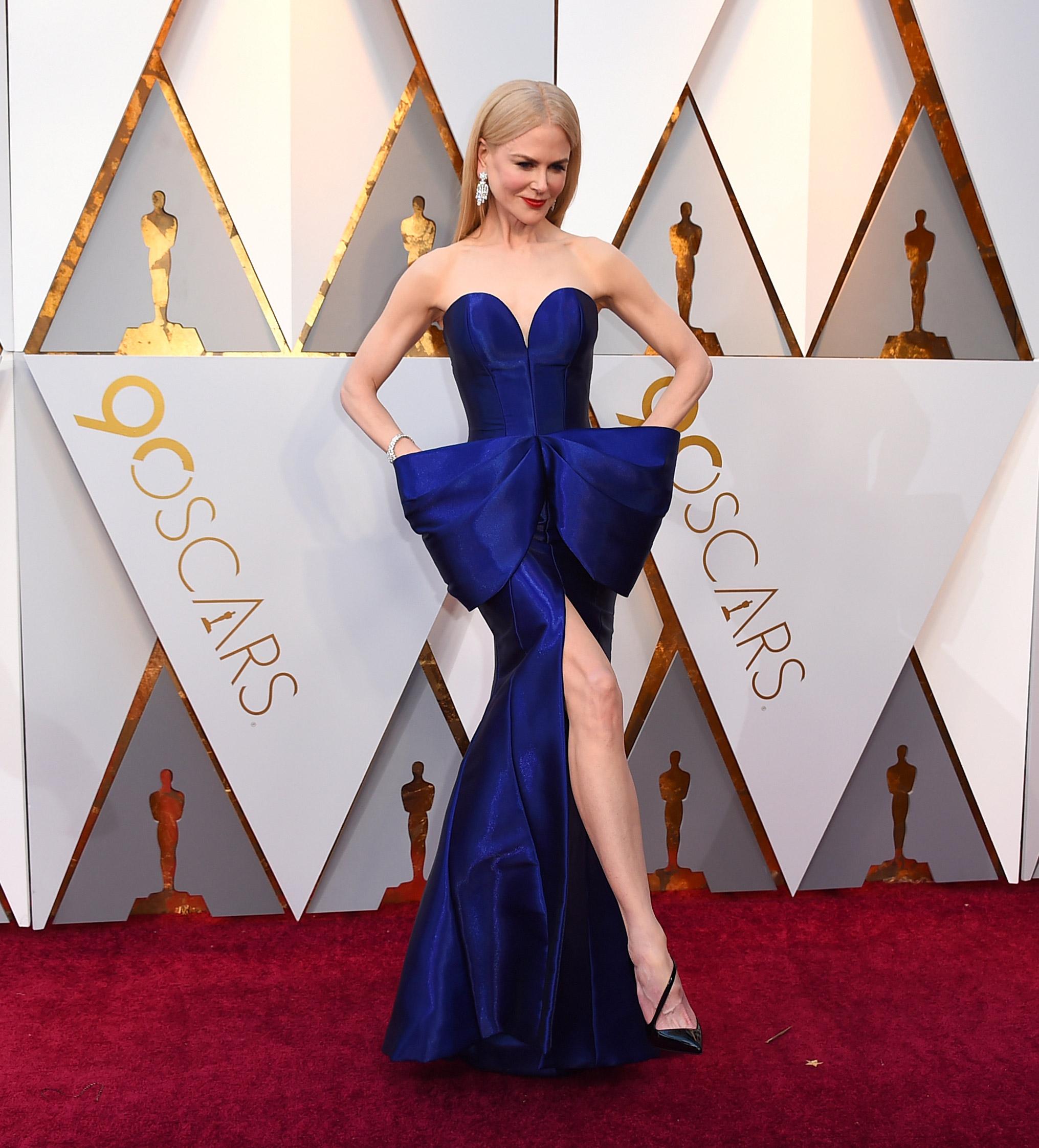 Nicole Kidman, en un impactante vestido azul royal con un moño a modo de cinturón de Armani Privé, al llegar a la 90 entrega de los premios Oscar. (The Associated Press)