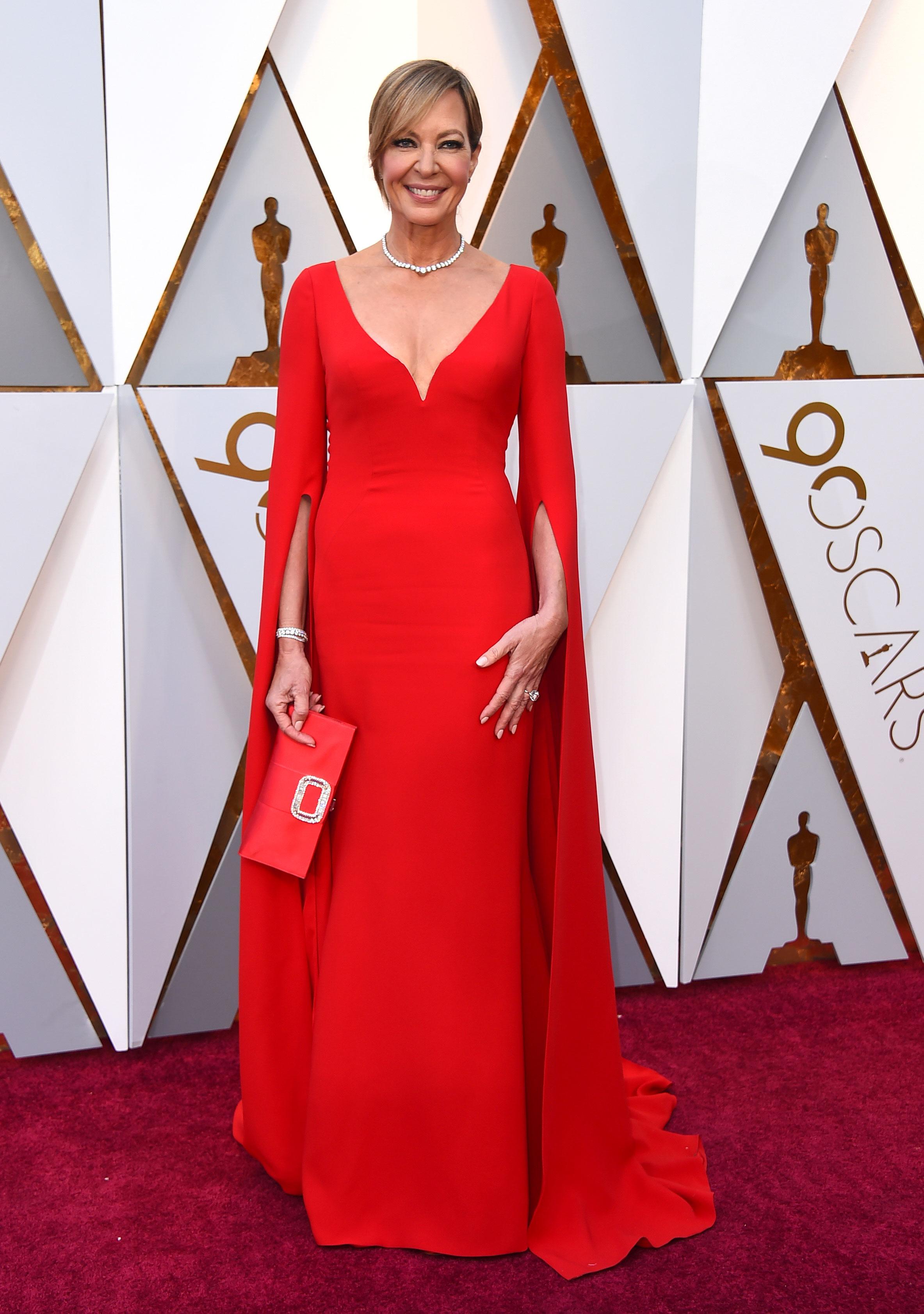 Allison Janney, una de las actrices que apoya el movimiento #MeToo, en un deslumbrante vestido rojo de Reem Acra, con un profundo escote V, otra de las tendencias de los Oscar. (The Associated Press)