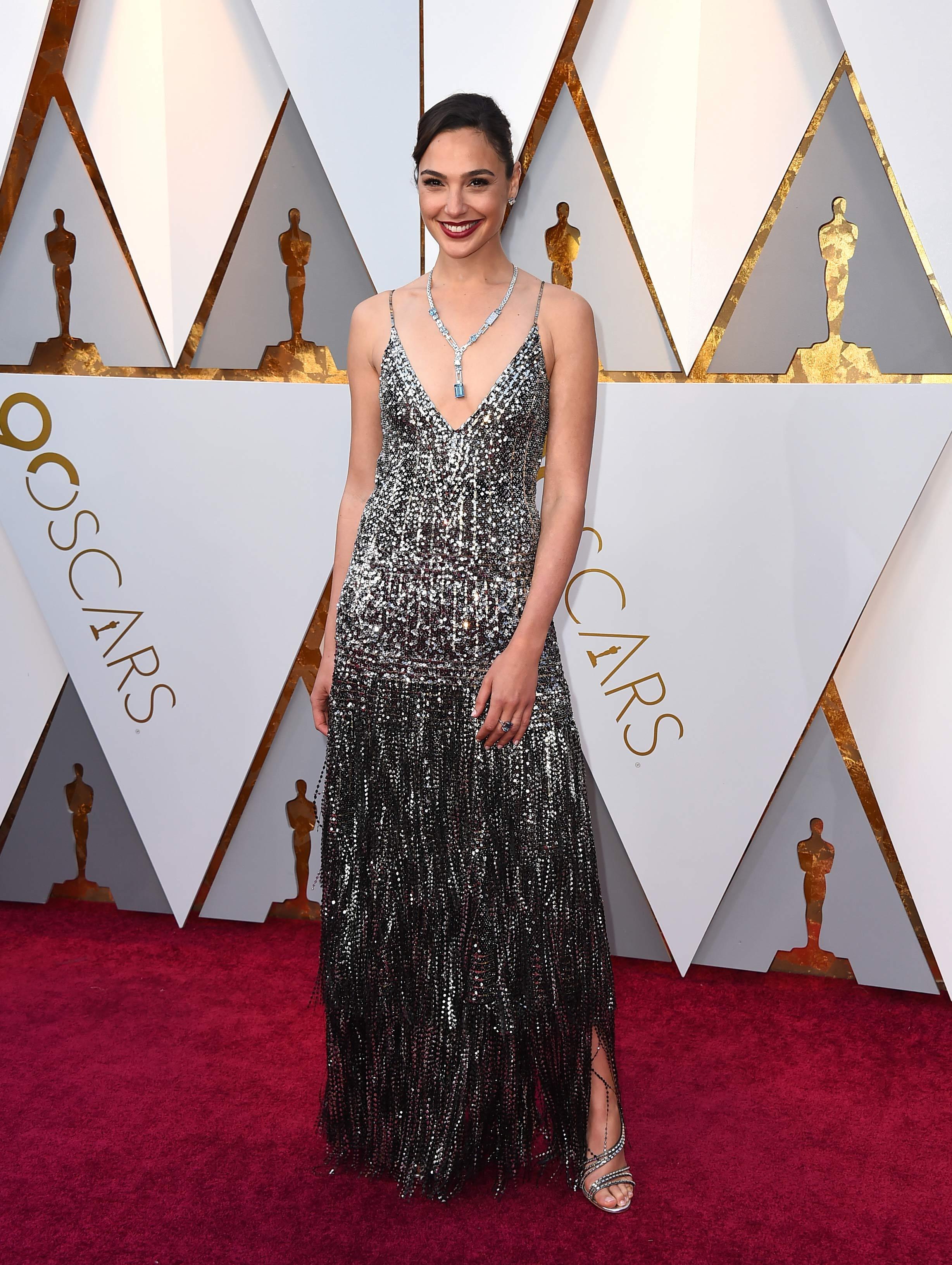 Gal Gadot, una de las presentadoras de la noche, luce un impactante vestido de Givenchy en tonos metalizados al participar de los Premios Oscar 2018. (The Associated Press)