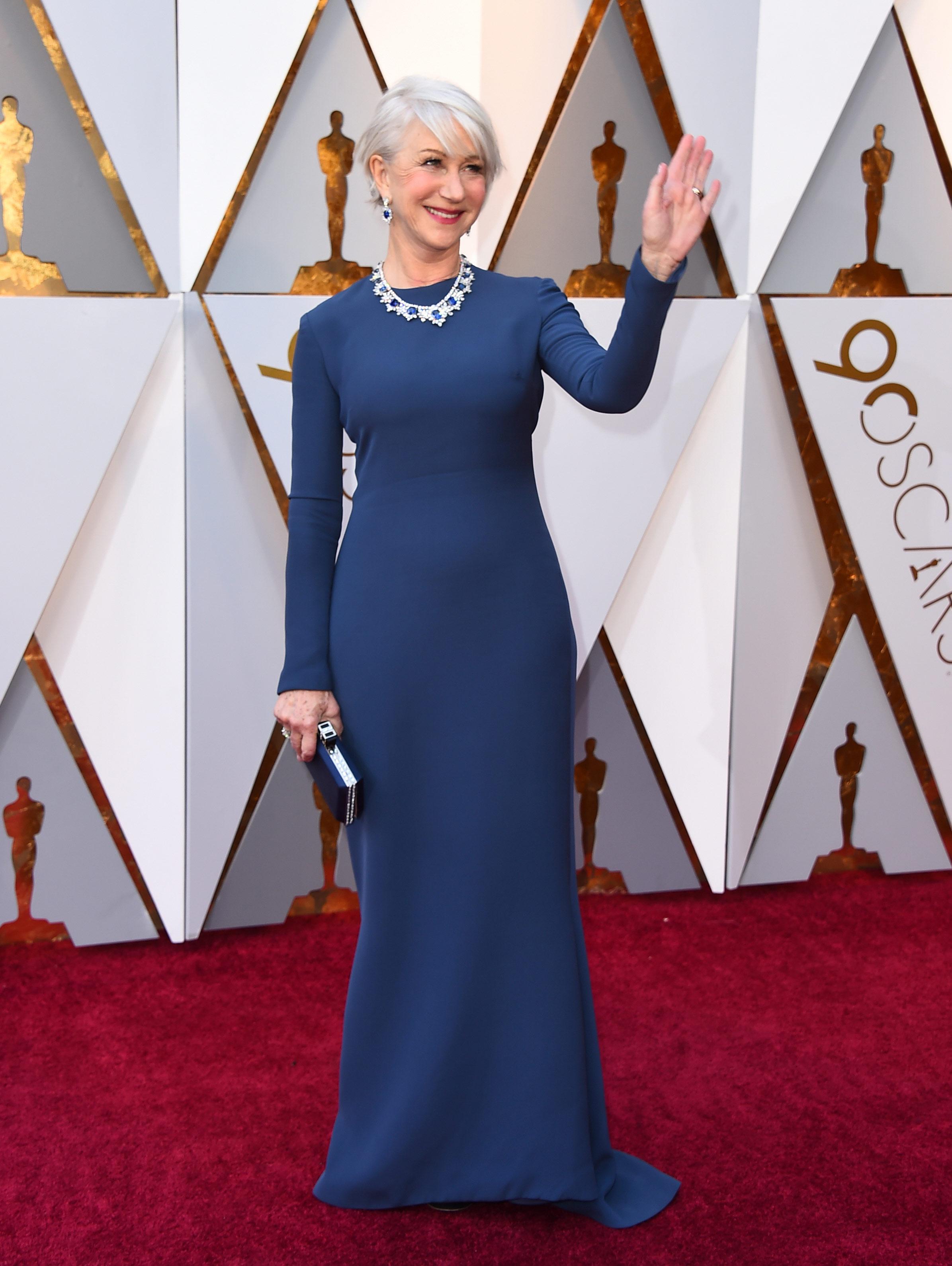 Helen Mirren, elegantísima, con su vestido de mangas largas azul marino de  Reem Acra en su llegada a los Premios Oscar 2018. (The Associated Press)