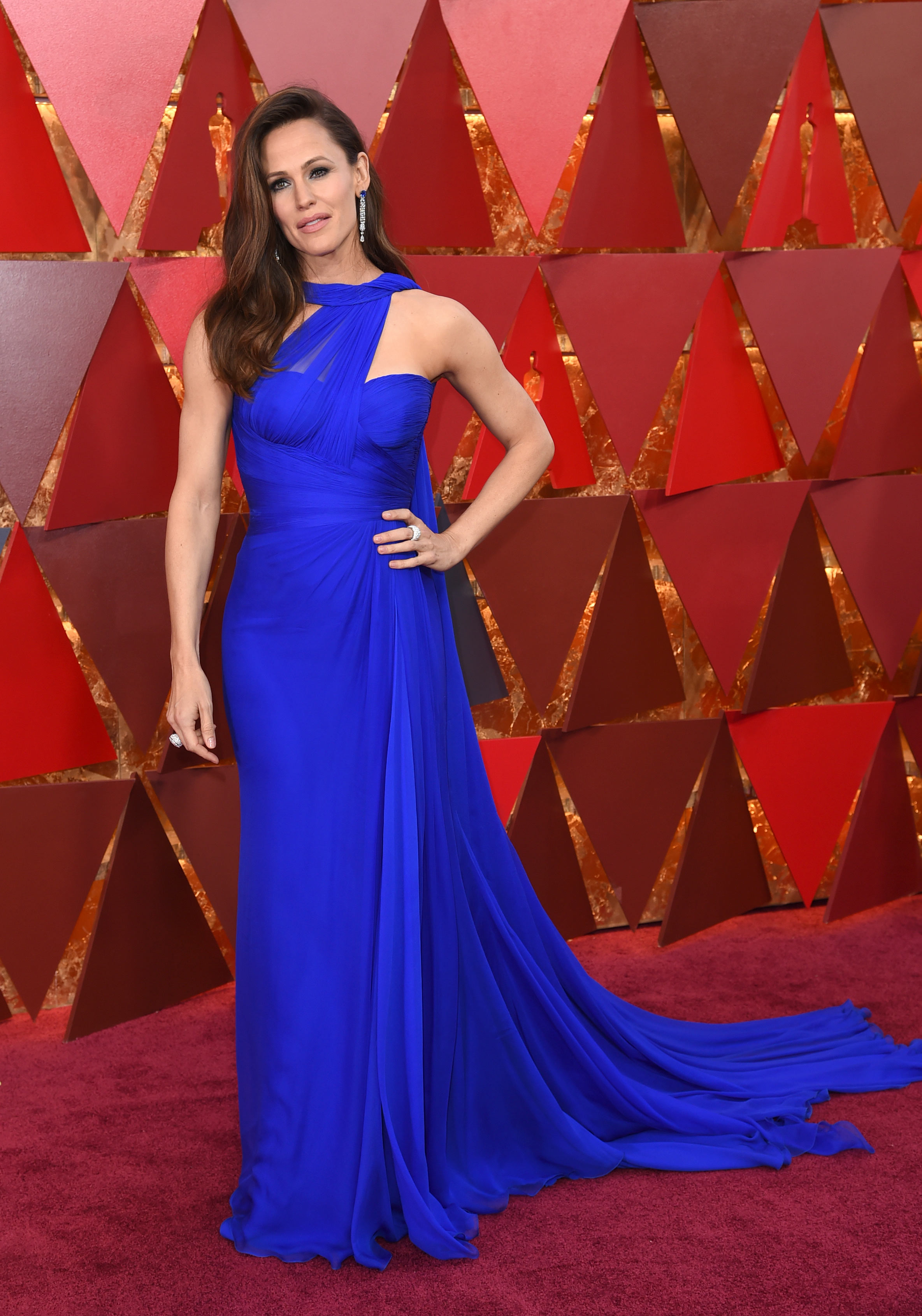 Jennifer Garner, en Versace, otra de las actrices que eligió el azul royal para desfilar por la alfombra roja de los Oscar 2018. (The Associated Press)