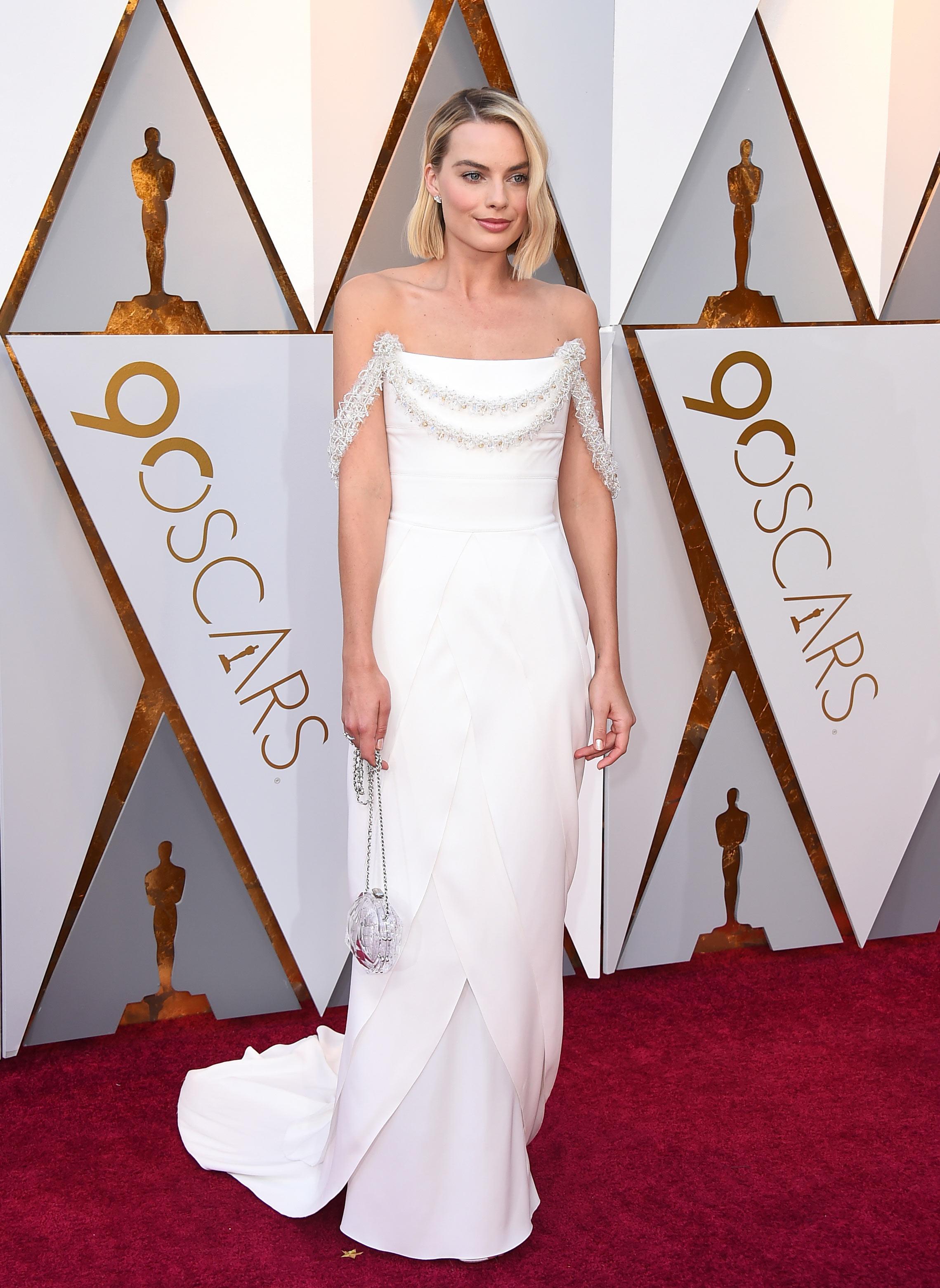 """Margot Robbie, nominada a Mejor actriz por """"Yo, Tonya"""", también eligió el blanco, en un vestido de Chanel, para subir a la alfombra roja de los Oscar. (The Associated Press)"""