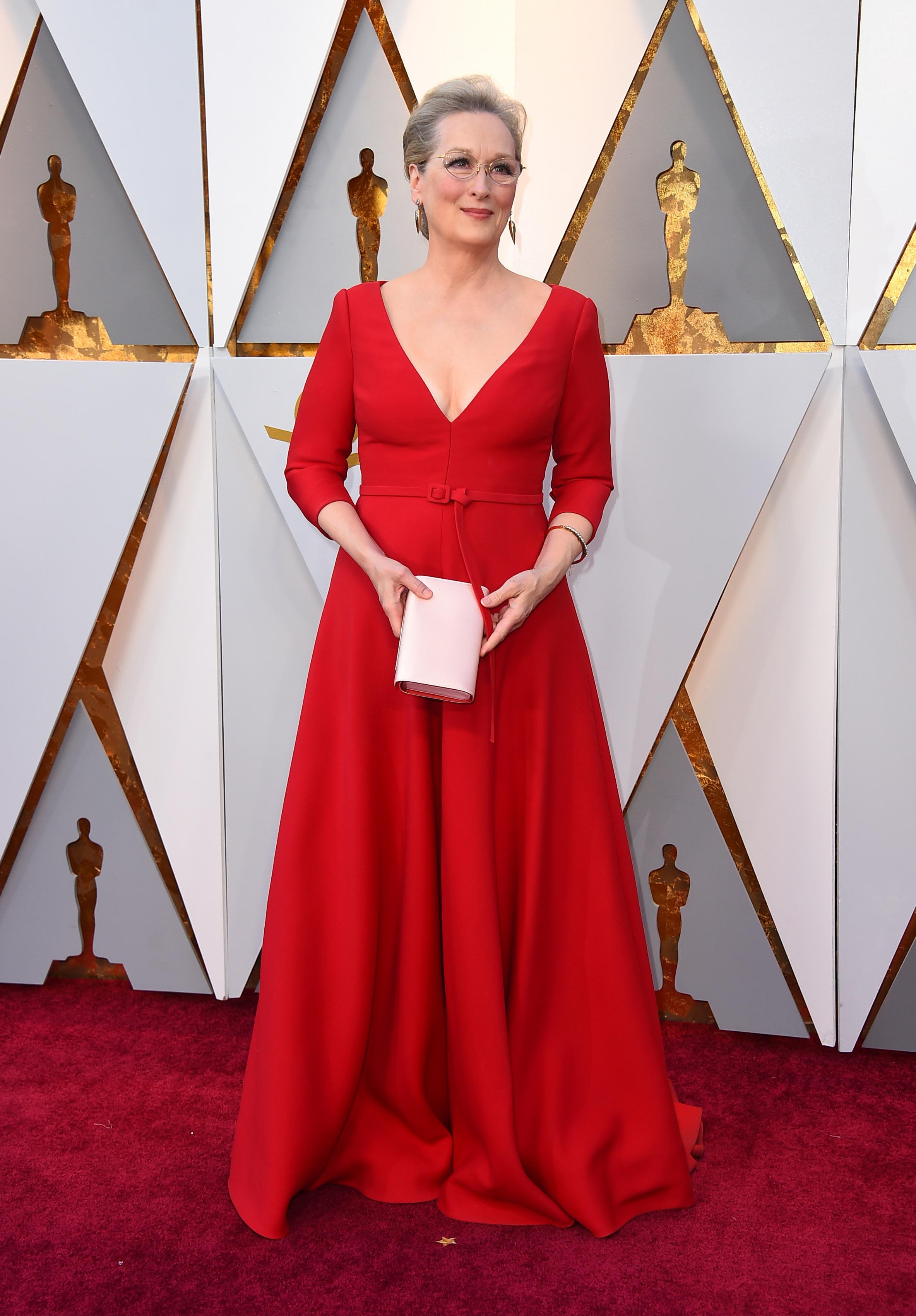 Meryl Streep, la actriz con más nominaciones en la historia de los Oscar, en un elegante vestido rojo de escote V profundo de la firma Dior. (The Associated Press)