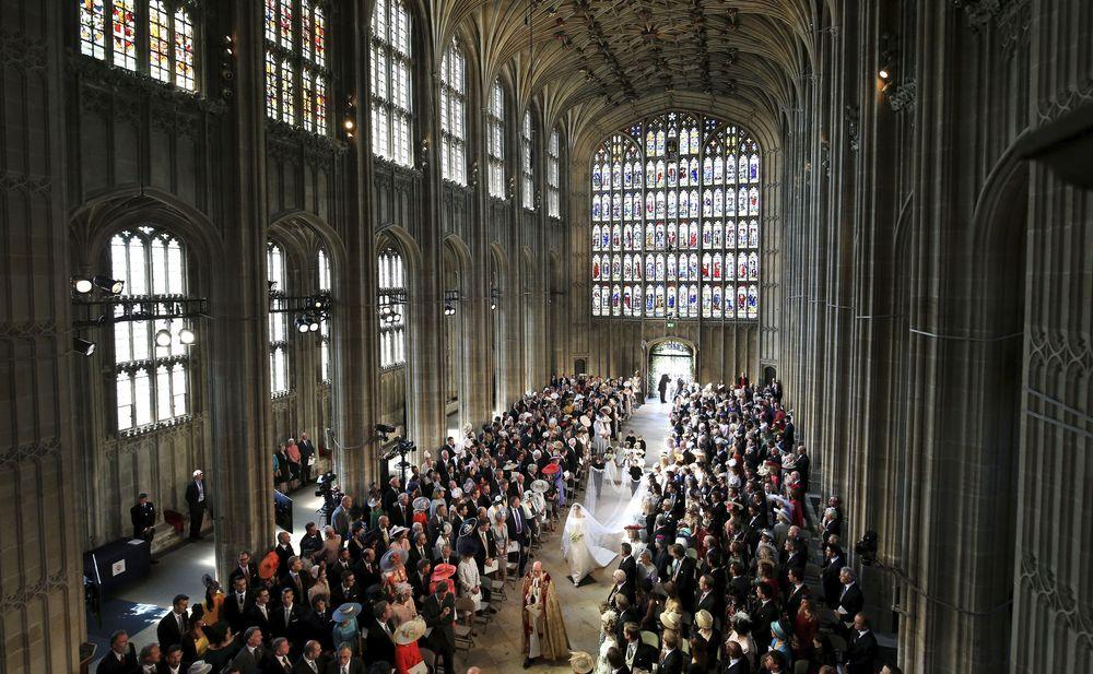 La luz del mediodía se colaba por los vitrales del templo gótico. (Danny Lawson/pool photo via AP)