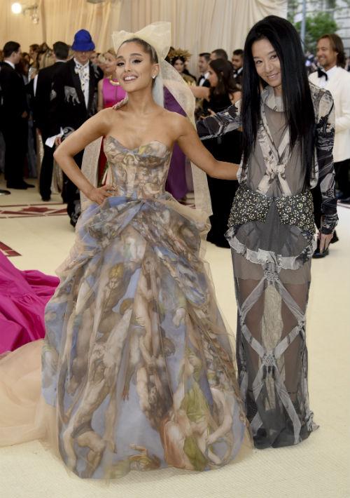La cantante Ariana Grande y Vera Wang. (AP)
