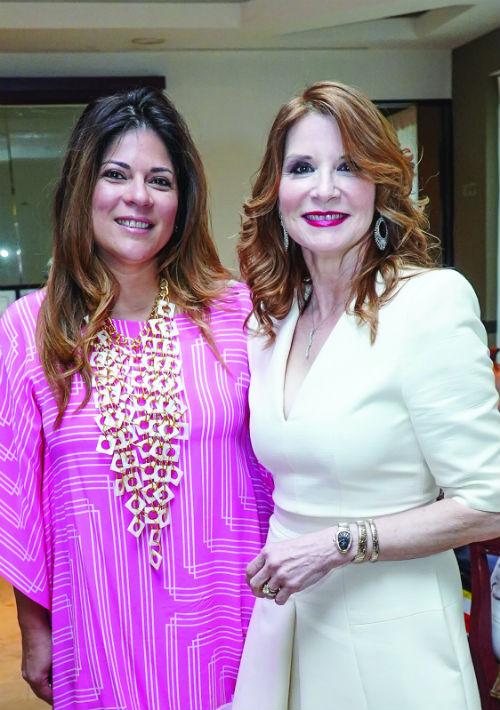 La actividad tuvo como fin honrar a mujeres que se destacan en labores benéficas. En la foto, Johanna Torres y Nilda Vega. (Suministrada)