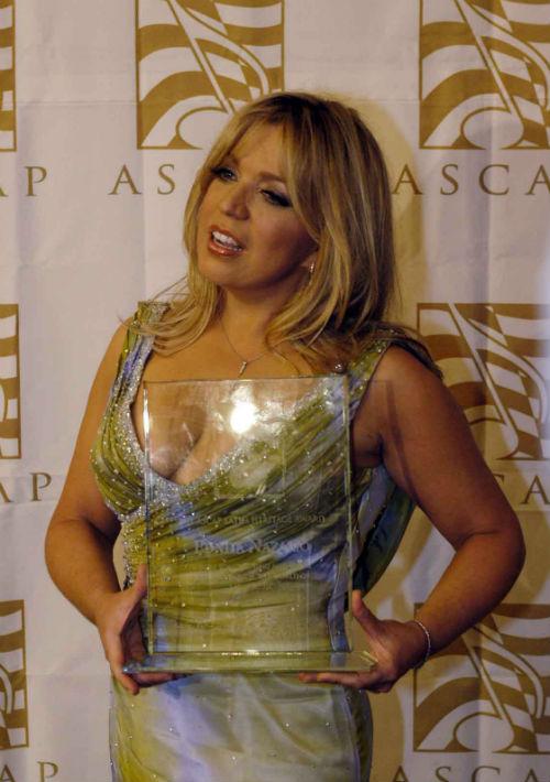 En alfombras rojas y eventos de gala, Ednita no duda en darle un poco de color y sensualidad a su ajuar. En la entrega de los premios ASCAP en 2004. (Foto: Archivo/ GFR Media)