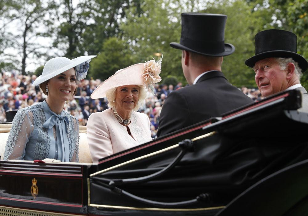 La duquesa de Cambridge, en la foto acompañada por la duquesa de Cornualles, sorprendió al vestir un traje con detalles transparentes. (AP)