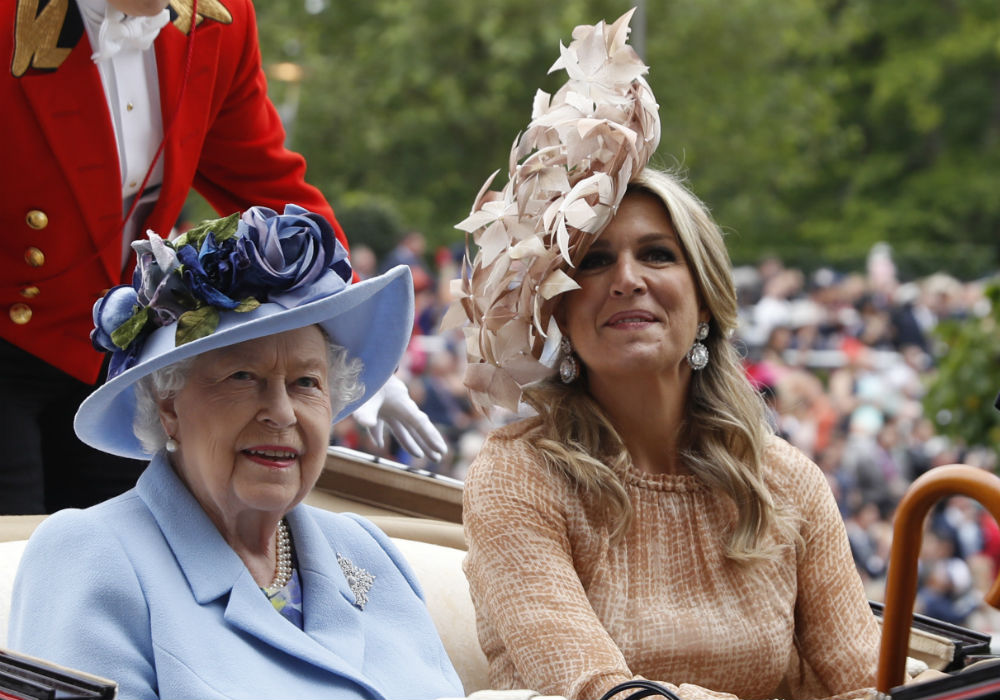 Las reinas Elizabeth II y Maxima. (AP)