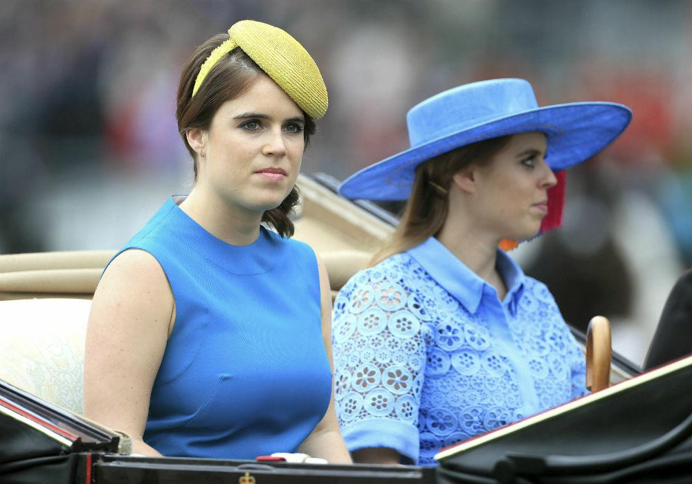 Las princesas Eugenie y Beatrice, hijas del príncipe Andrew y Sarah Ferguson también acudieron al evento con la realeza que marca el inicio del encuentro deportivo. (AP)