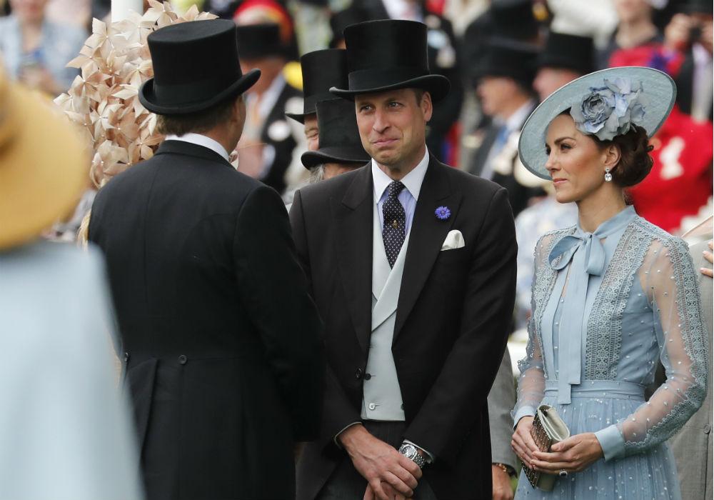 Los duques de Cambridge conversan con los reyes de Países Bajos. (AP)