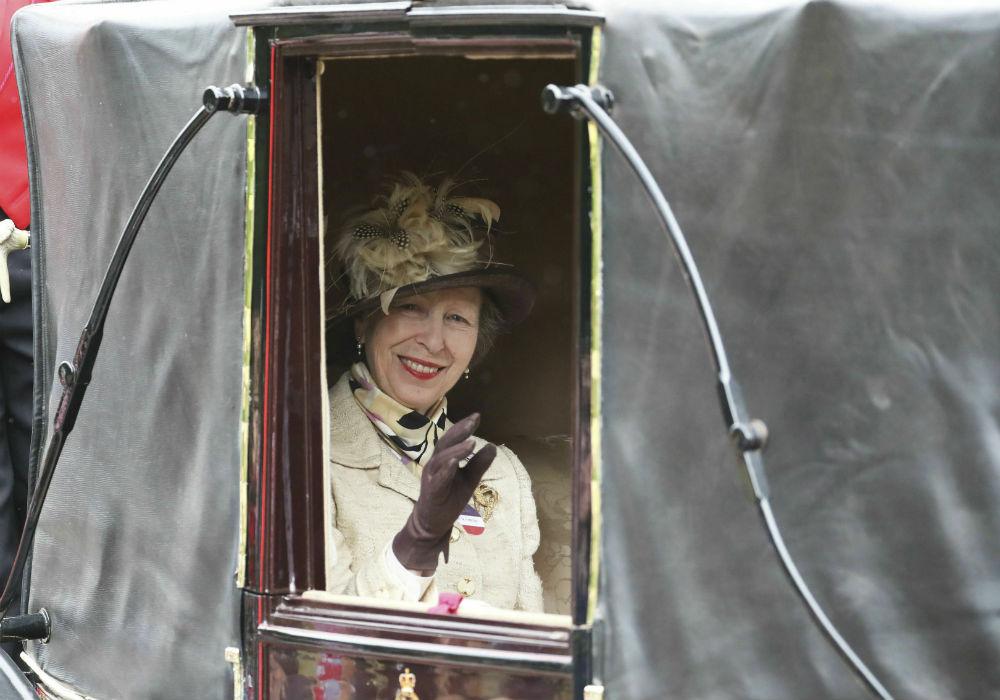 La princesa Anne, única hija de Elizabeth II y Phillip, saluda a los presentes. (AP)